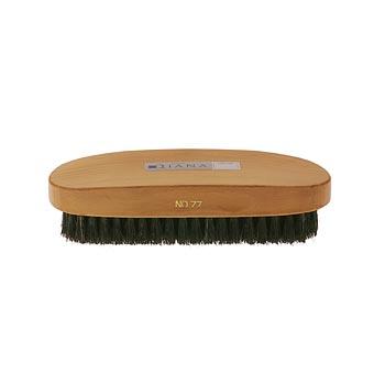 お手入れは、まず起毛革専用ブラシで毛足の中のほこりや汚れを落としていきます。落ちにくい汚れは、靴のお手入れ用消しゴムを使ってね。