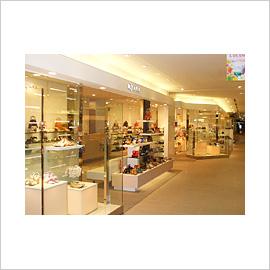 ルクア大阪店 4F □電話 06,6151,1269 □営業時間 1000~2100 □アクセス JR大阪駅⇒地図を見る